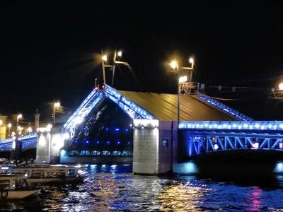 Разводные мосты ночного Петербурга на автомобиле
